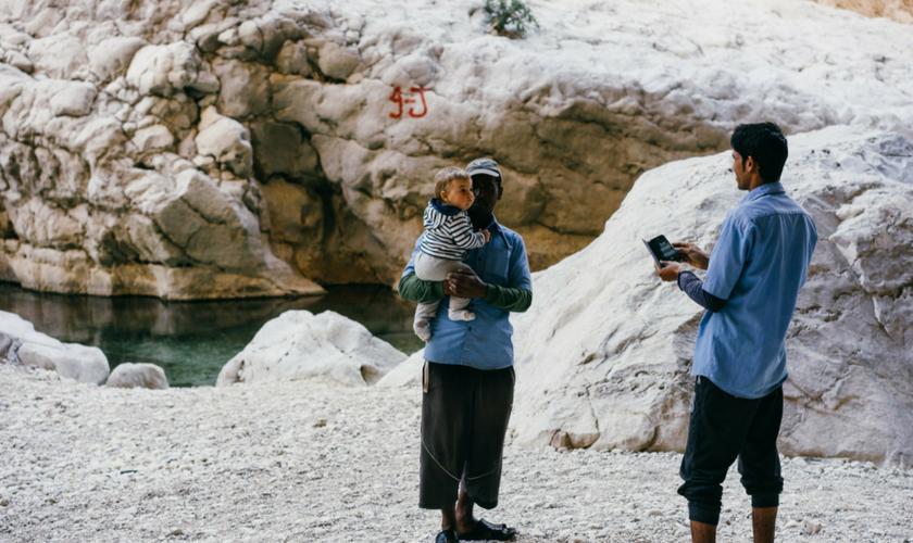 Baby und Omani im Wadi