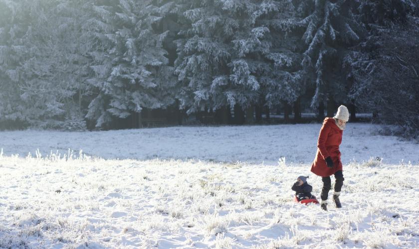 Frau mit Baby im Schnee