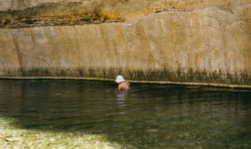 Baby im Wasser, Wadi Bani Khalid, Oman