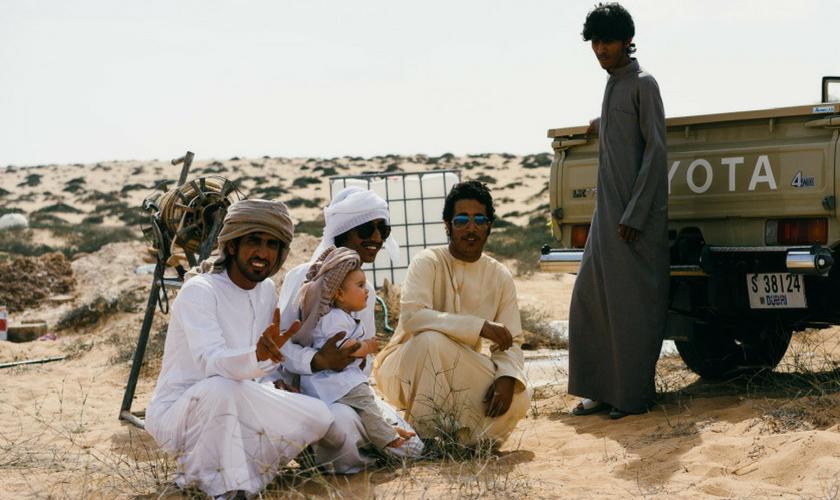 Baby und Omani in der Wüste