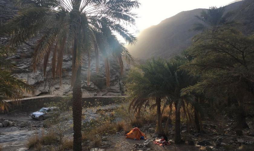 Zelt und Mietauto im Oman